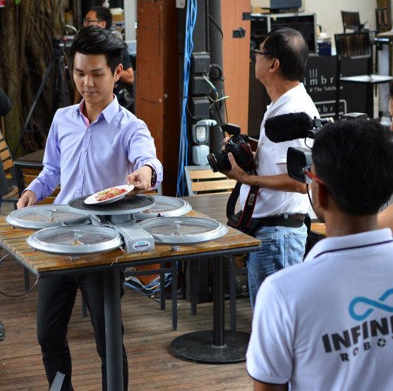 Bezpilotní drony v singapurské restauraci