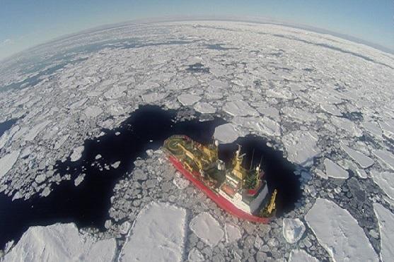 Loď probíjející se ledem. | Zdroj: dji.com – Andrew Walder