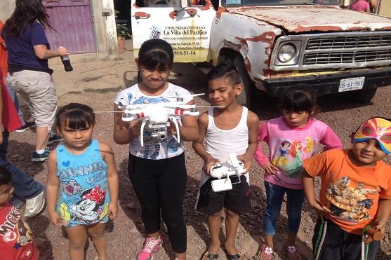 Mexické děti s dronem DJI Phantom 2 Vision | Zdroj: dji.com