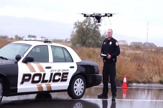 Strážník pilotující dron Indago při záchranné operaci | Zdroj: video