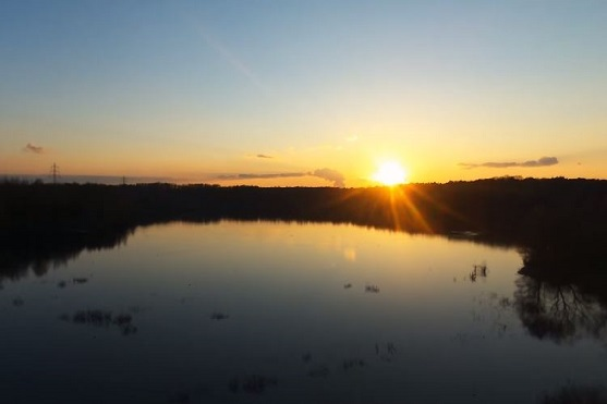 Západ slunce nad jezerem | Zdroj: video