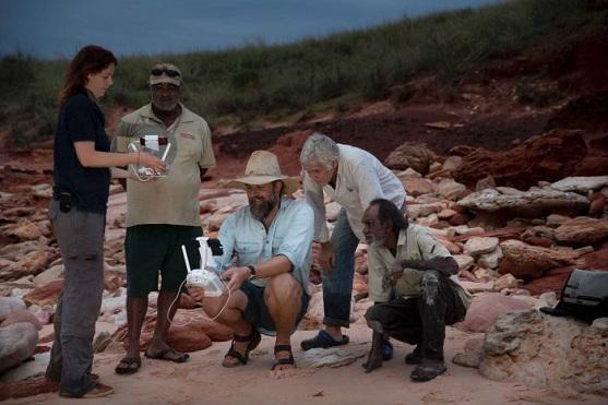 Tým Steva Salisburyho při hledání dinosauřích stop | Zdroj: Damian Kelly