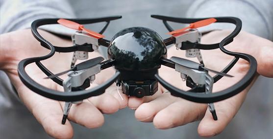 Kvadrokoptéra Micro Drone 3.0 v porovnání s velikostí dlaní dospělého člověka | Zdroj: indiegogo.com - Micro Drone 3.0
