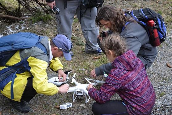 Kontrola dronu po havárii | Zdroj: droncentrum