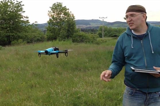 Ondřej Škoch se svým dronem Parrot Bebop | Zdroj: Ondřej Škoch
