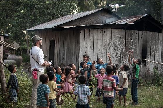 Kambodžské děti udivené z kvadrokoptéry DJI Phantom | Zdroj: dji.com