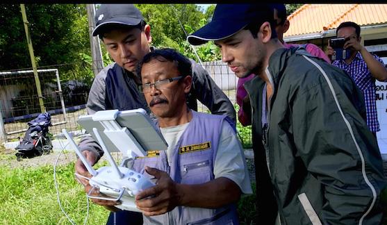 Hlavní vulkanolog hory Ijen Bambang Heri Purwanto obdivuje techniku DJI | Zdroj: dji.com