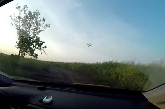 Pohled z auta na kvadrokoptéru T2M Spyrit bojující proti silnému větru | Zdroj: droncentrum