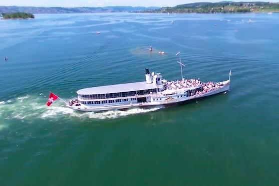 Záběr na parník plující na hladině jezera Curych | Zdroj: video