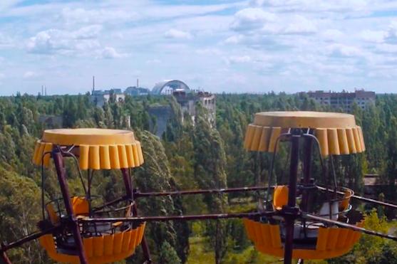 Záběr na kabiny ruského kola, v pozadí výstavba nového sarkofágu pro zakrytí reaktoru č. 4 | Zdroj: video