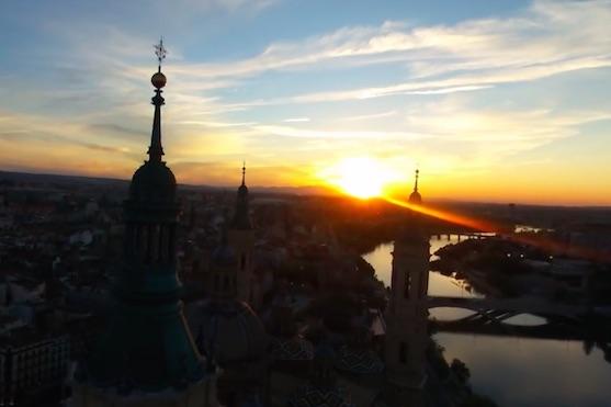 Záběr na západ slunce ve městě Zaragoza | Zdroj: video