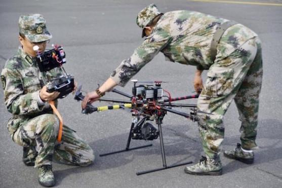 Dva čínští vojáci chystají dron na let | Zdroj: reuters.com