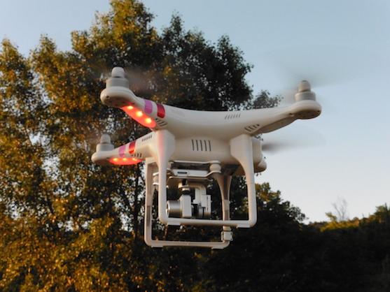 Kvadrokoptéra DJI F315 Phantom 2 Vision + ve vzduchu | Zdroj: droncentrum