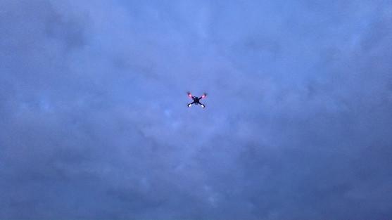 Kvadrokoptéra F450 při letu za šera | Zdroj: droncentrum