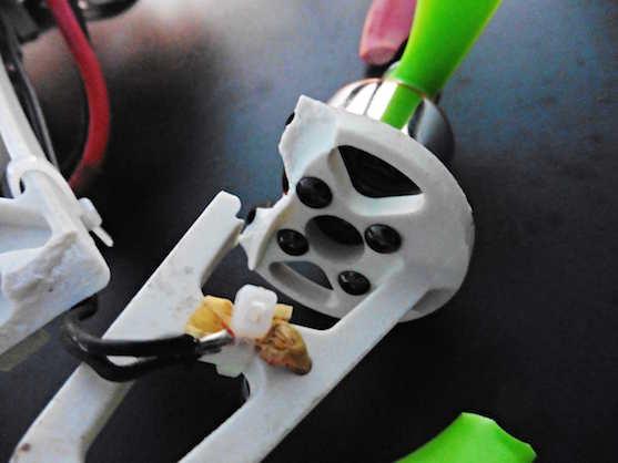 Ulomené rameno a vytrhnutý kabel | Zdroj: droncentrum