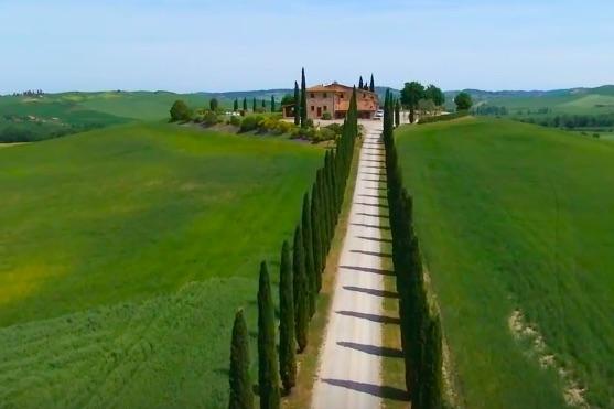 Pohled na vilu v nádherné italské krajině | Zdroj: video
