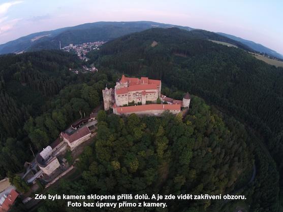 Fotografie hradu Pernštejn zdeformovaná efektem rybího oka | Zdroj: droncentrum