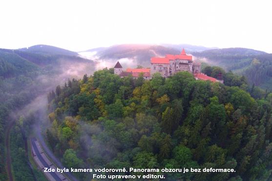 Hrad Pernštejn z dronu | Zdroj: droncentrum