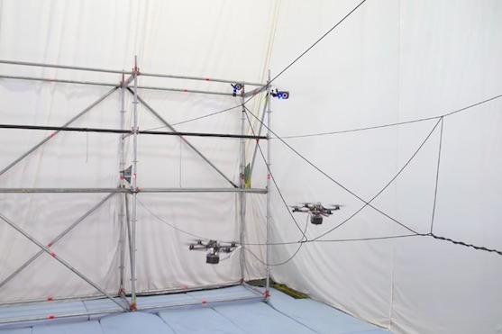 Drony upletly most, který unese dospělého člověka | Zdroj: video