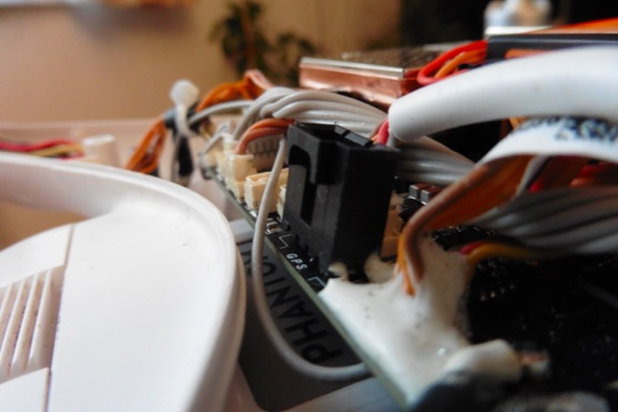 Ohnutý konektor pro GPS | Zdroj: droncentrum