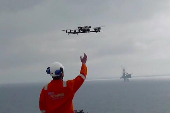Pracovník firmy Sky Futures s inspekčním dronem | Zdroj: video