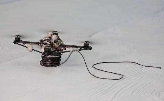 Kvadrokoptéry jsou vybaveny motorizovanou cívkou pro řízené uvolňování lana | Zdroj: video