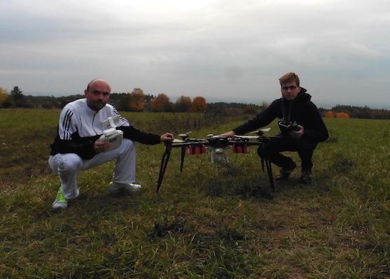 Já s Davidem u našich dronů | Zdroj: droncentrum