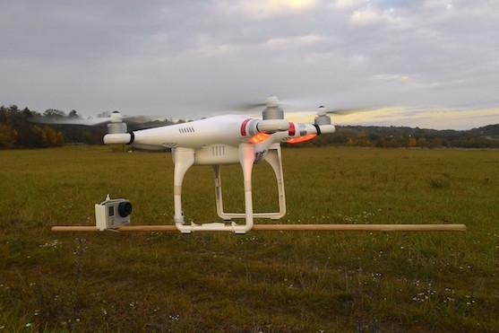 Umístění kamery na dřevěné tyči | Zdroj: droncentrum