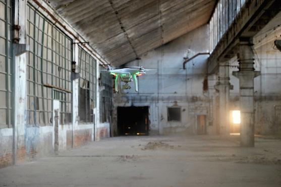 Kvadrokoptéra DJI Phantom 3 Advanced v ruinách továrny Zetor | Zdroj: droncentrum
