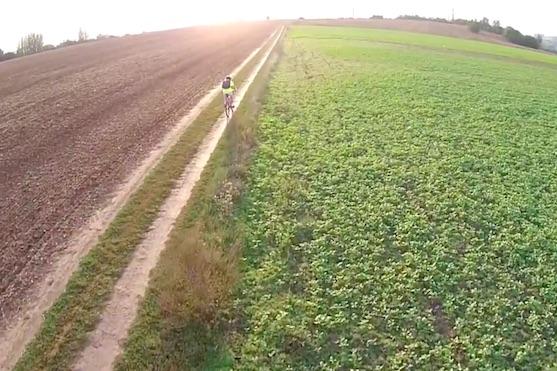 Kvadrokoptéra DJI Phantom 2 Vision+ mě následovala při jízdě na kole pomocí funkce Follow Me | Zdroj: droncentrum