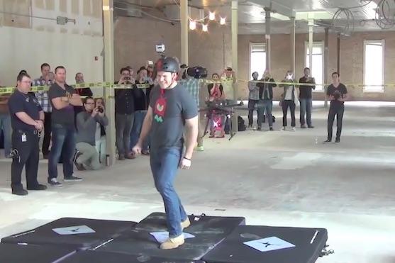 Muž se dobrovolně nechal taserovat dronem | Zdroj: video