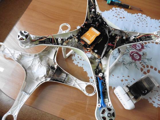 Ohořelý horní kryt a elektronika kvadrokoptéry DJI F306 Phantom 2 | Zdroj: droncentrum
