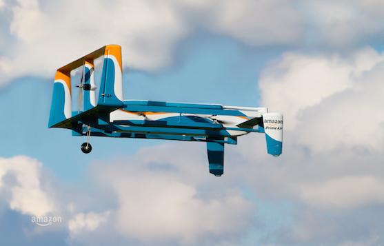Dron Amazon Prime Air při doručování balíku | Zdroj: amazon.com