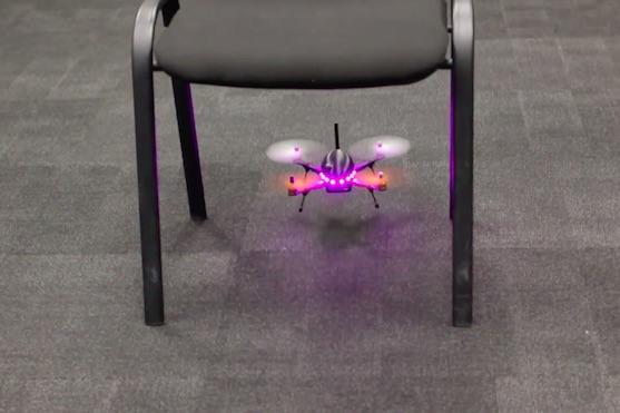 Názorná ukázka průletu dronu pod židlí | Zdroj: video