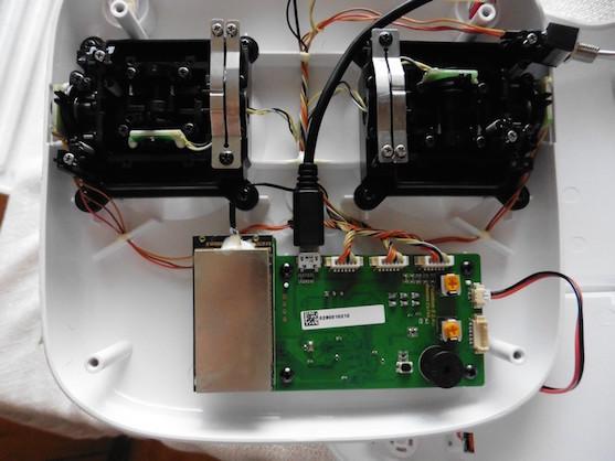 Konektor pro micro USB na základní desce vysílače Phantom 1 | Zdroj: droncentrum