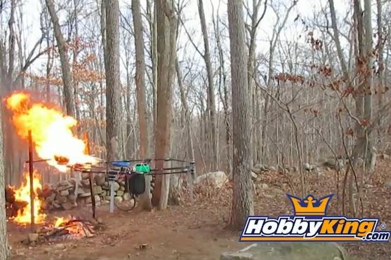 Mladík na dron připevnil plamenomet a opékal krocana | Zdroj: video