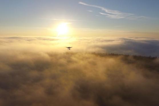 Dron nad mlhou při svitu slunce | Zdroj: Droncentrum