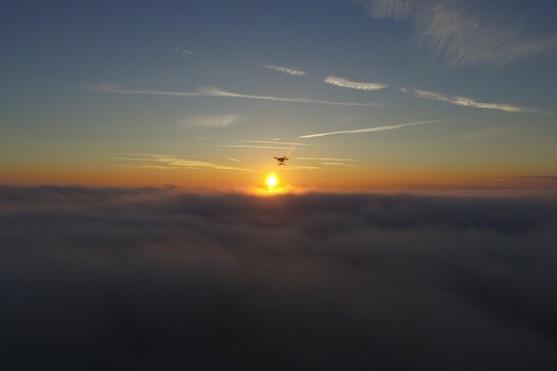 Dron nad mlhou při západu slunce | Zdroj: Droncentrum