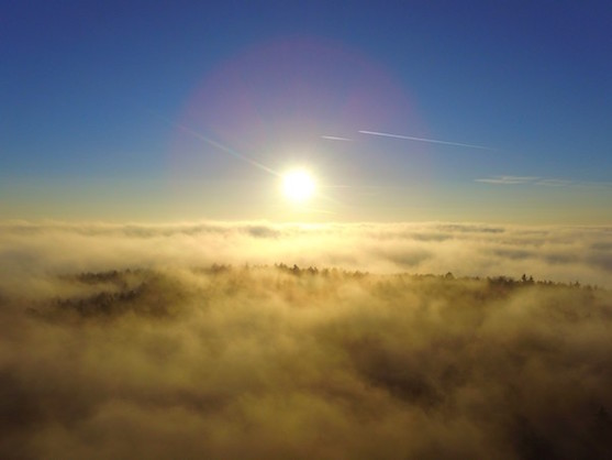 Svit slunce nad mlhou | Zdroj: Droncentrum