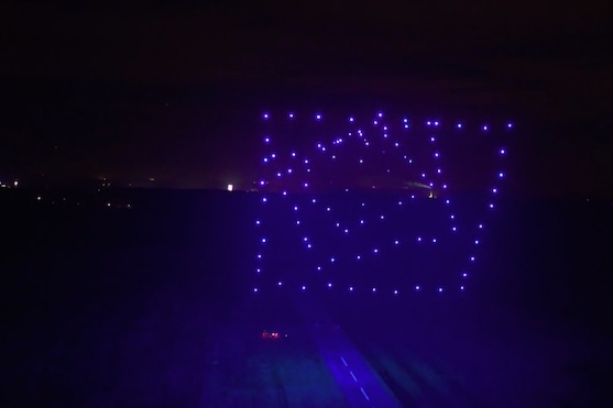 Sto synchronizovaných dronů ve vzduchu | Zdroj: video