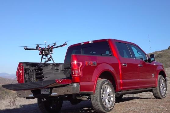 Dron vzlétající z automobilu Ford F-150 | Zdroj: video
