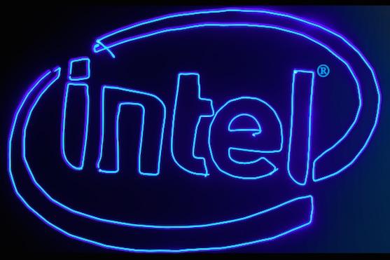 Logo společnosti Intel nakreslené dronem | Zdroj: video