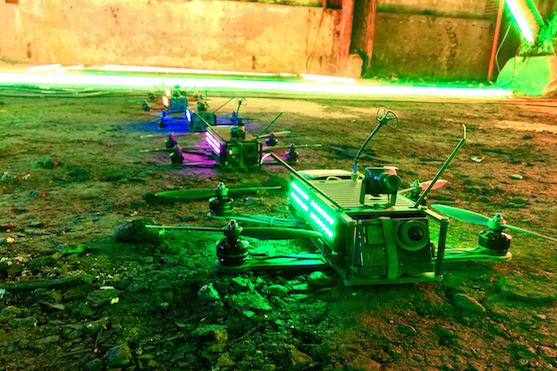 Závodní kvadrokoptéry, nebo-li FPV drony na startu závodu | Zdroj: zveřejněno s povolením DRL.com