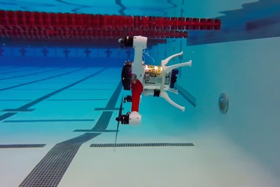 Kvadrokoptéra Loon Copter pod vodou | Zdroj: video